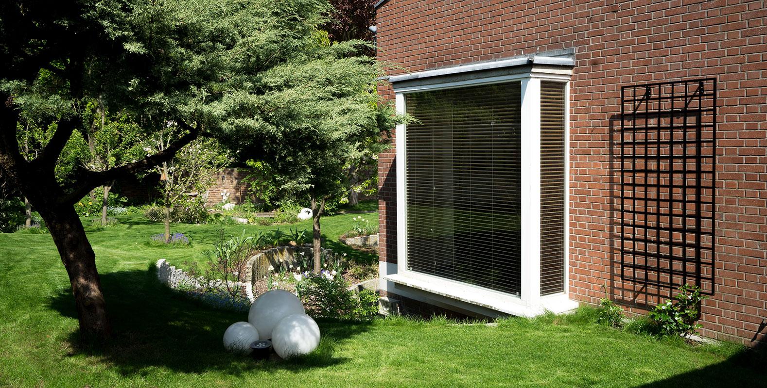 wall mounted trellis in modernistic garden