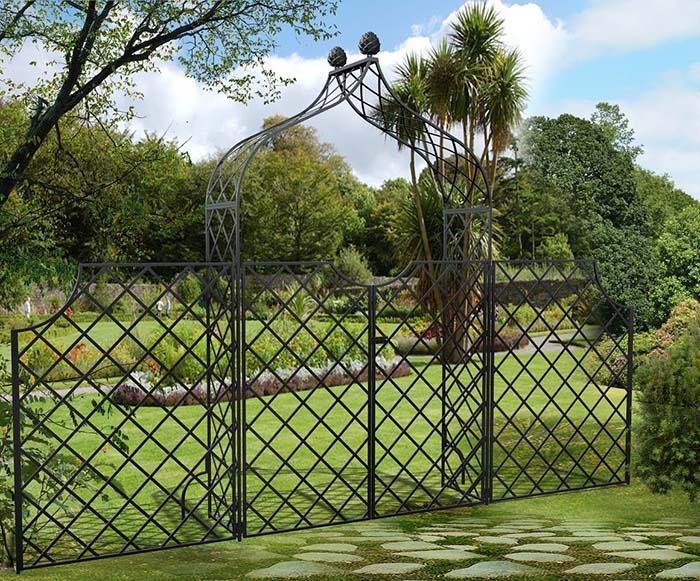 Metall Rosenbogen Kiftsgate mit Tor und hohem Zaun