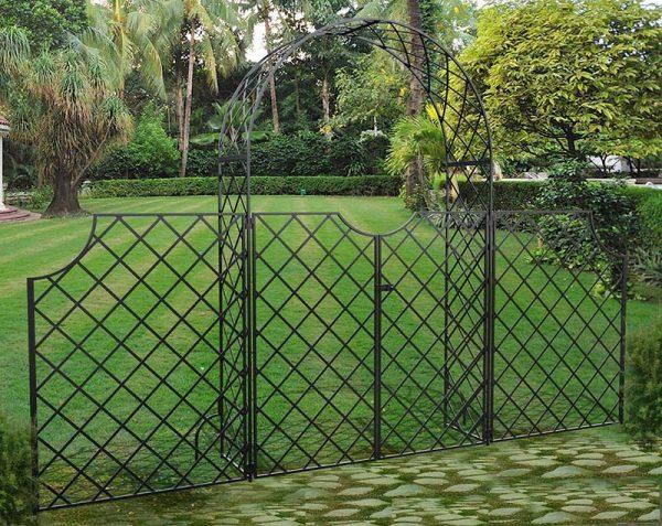 Metall Rosenbogen Bagatelle mit Tor und hohem Zaun