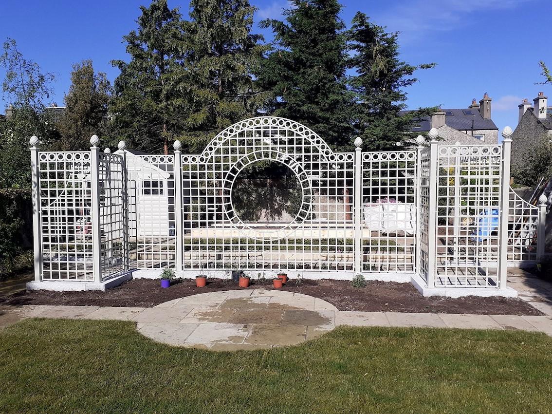 Extravagante-Trennwand-aus-Metall-fuer-Garten